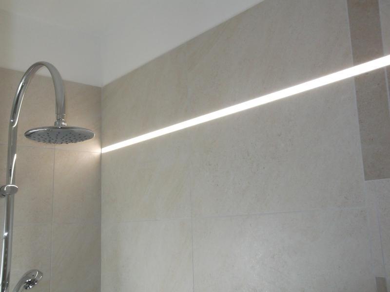 osvětlení koupelny, zapuštěné do obkladu