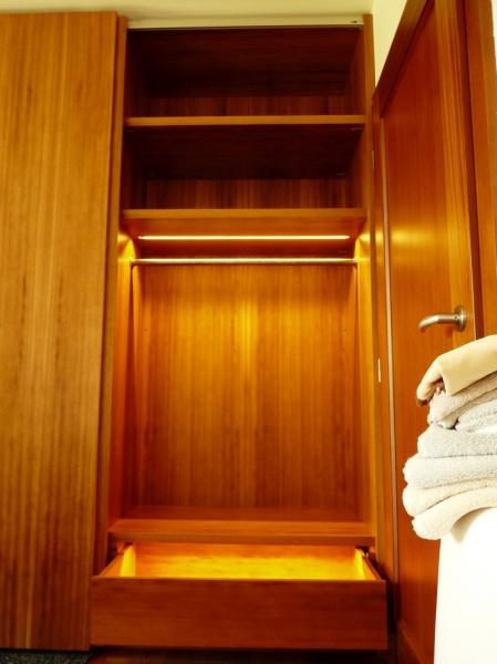 osvětlení šatní skříně a zásuvky